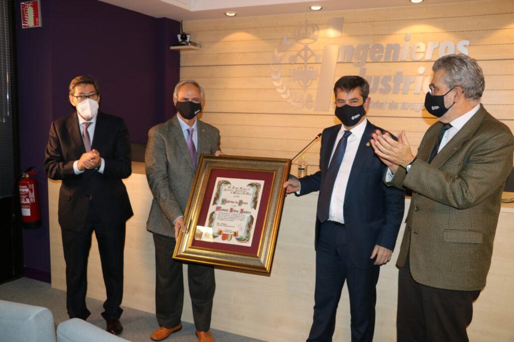 DIPLOMA17 | Manuel Silva recibe de manos del Vicepresidente del Gobierno de Aragón, el Diploma de Honor de los Ingenieros Industriales |%sitename%